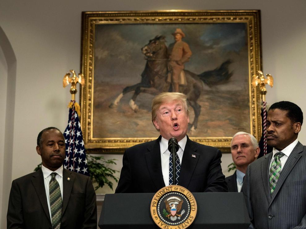 """""""Los demócratas son todo palabras y nada de acción. No están haciendo nada para arreglar DACA. Una gran oportunidad perdida. Muy mal!"""", dijo este sábado."""