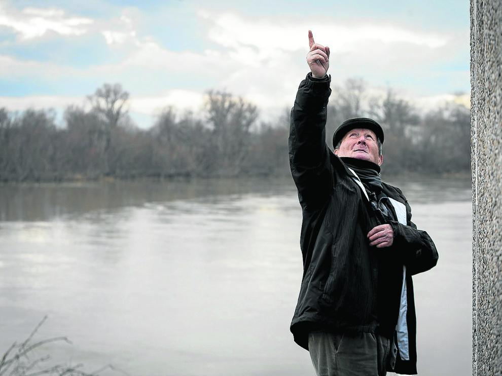 José Antonio Leza, 'El Pirata' de Cabañas, señala al cielo en la orilla del Ebro. laura uranga Guadalupe Rubio, frente a su casa rural.