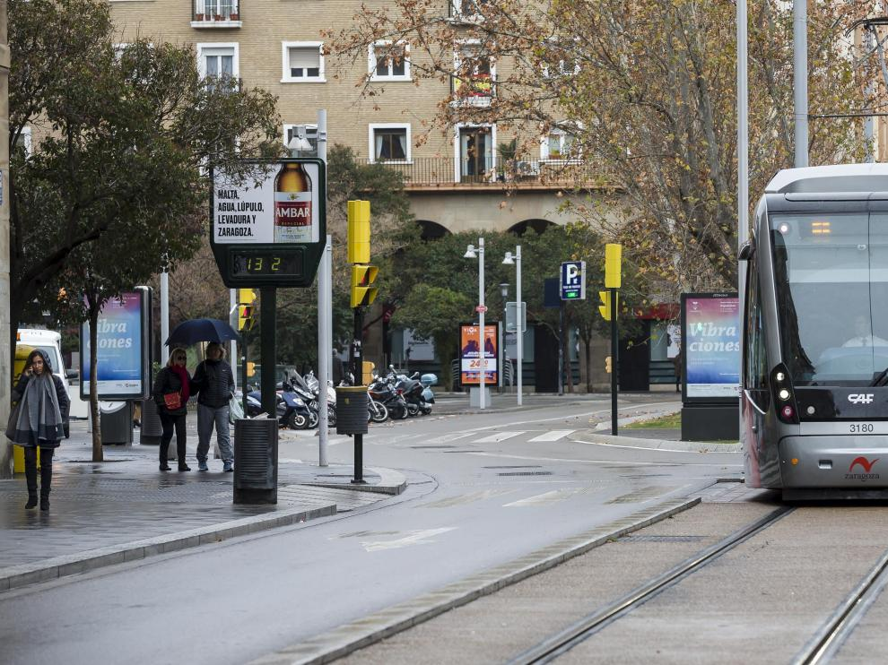 Un tranvía, ayer, en el punto de Fernando el Católico en el que ocurrió el accidente del sábado.