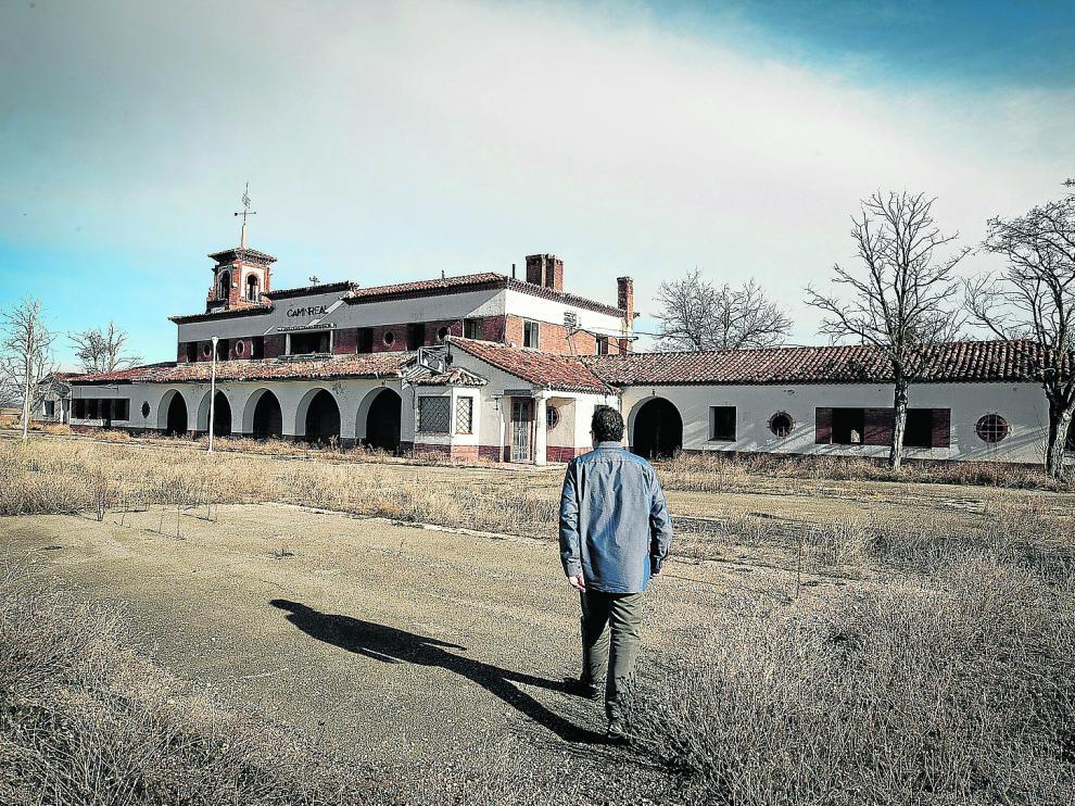 El edificio de la estación de Caminreal, diseñado por Gutiérrez Soto e inaugurado en 1933, está actualmente en desuso.