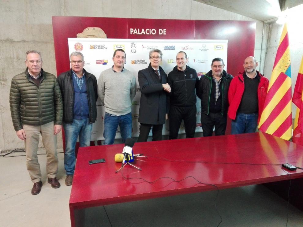 Nolasco junto al presidente Pachi Giné, el director deportivo Dani Ibáñez y otros miembros de la directiva en el acto en que se ha anunciado la renovación.