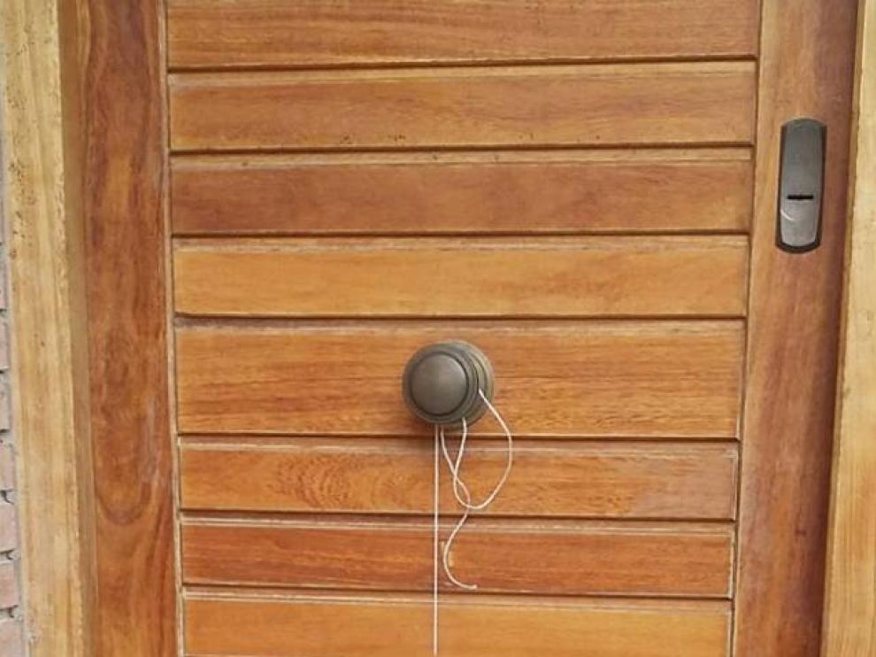 El felino apareció ahorcado en la puerta de una vivienda de Zaragoza.
