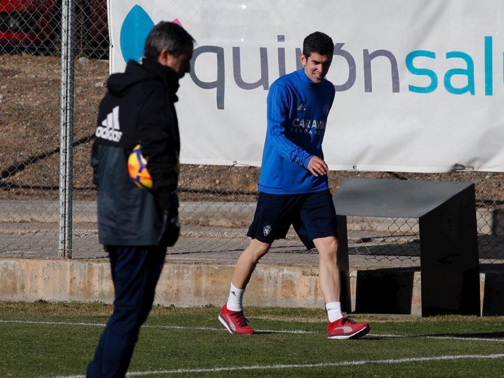 Jesús Alfaro, nuevo fichaje del Real Zaragoza, pasa por delante de Natxo González en su primer entrenamiento como jugador blanquillo.