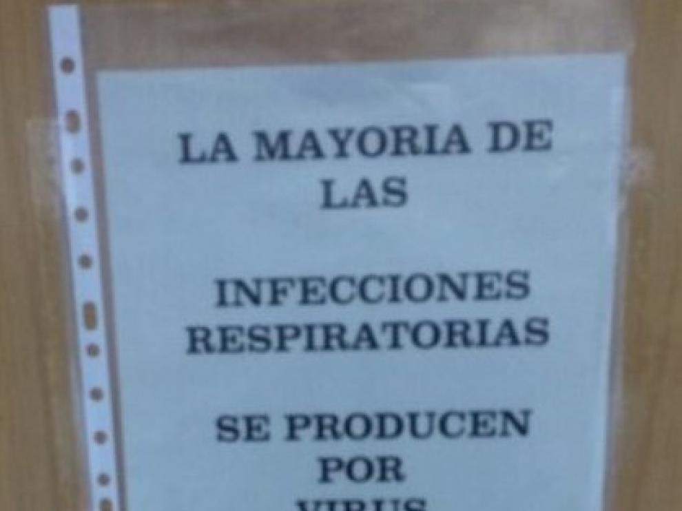 """""""La mayoría de las infecciones respiratorias se producen por virus y no precisan antibióticos"""", reza el cartel que sustituye al de los mocos en la pareddel Centro de Salud Amparo Poch de Zaragoza."""