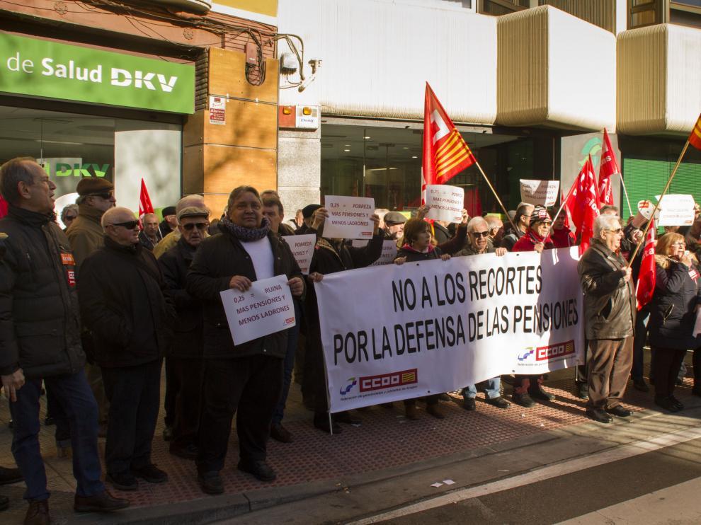 concentración de pensionistas y jubilados a las puertas de la Dirección Provincial del INSS, convocados por Comisiones Obreras en Aragón.