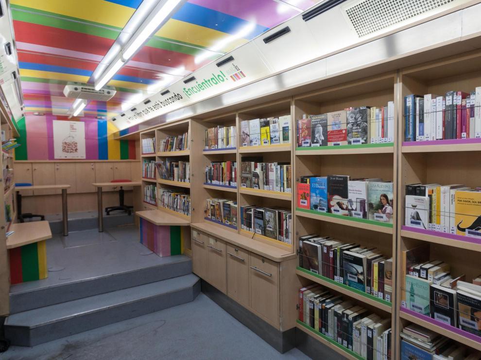 Interior del bibliobús de Zaragoza