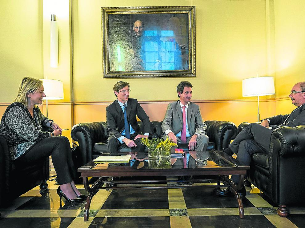 El presidente Lambán y la consejera Gastón, ayer, con los directivos de Tarmac.