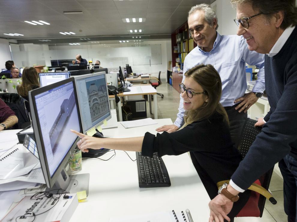 La arquitecta Carmen Magrazo muestra a su padre Joaquín y a Fernando Used el proyecto de la reconstrucción de la estación de Canfranc, en el despacho del grupo Ingennus, en Zaragoza.