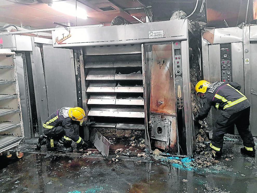 Los voluntarios de Almudévar llegaron los primeros al reciente incendio de pastelería Tolosana.