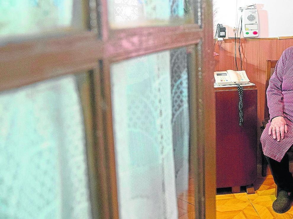 Ventura Martínez, de 87 años, en su casa de Atea junto al sistema de teleasistencia.