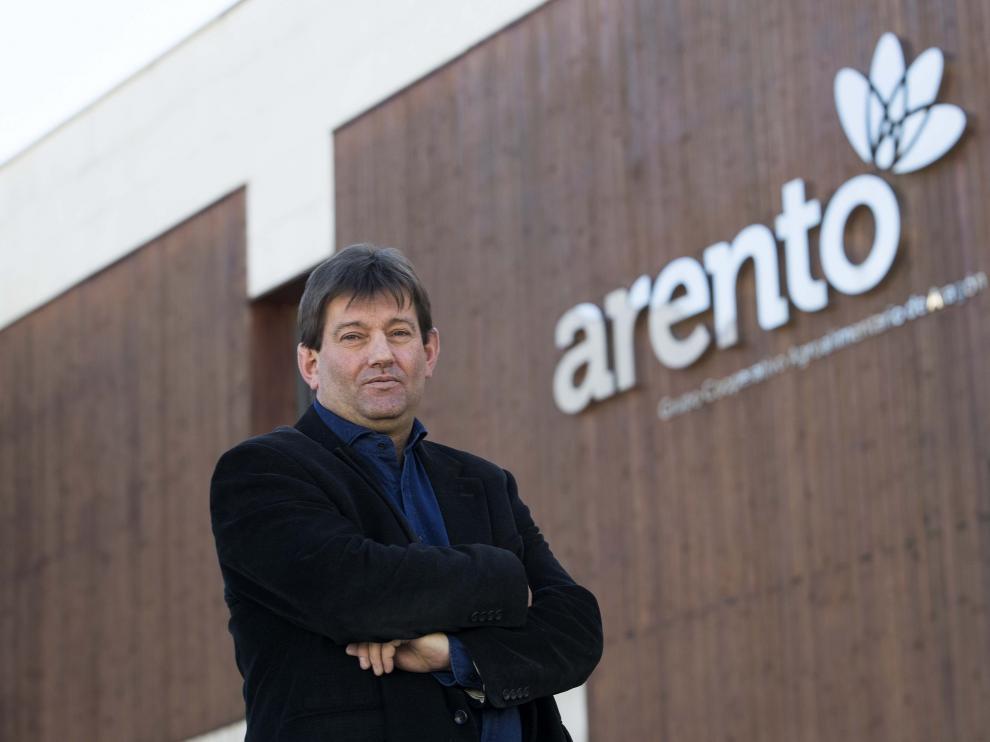 El nuevo presidente de Arento, Enrique Arcéiz, ante la sede del grupo cooperativo en Mercazaragoza.
