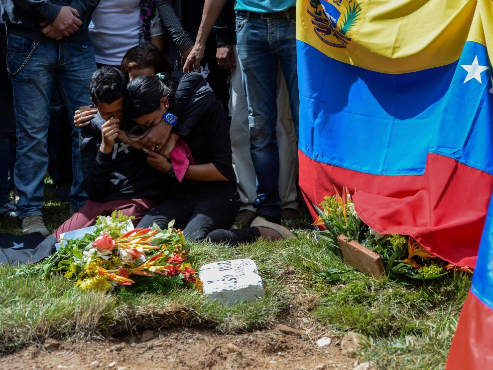 Familiares de algunos de los disidentes abatidos junto a Óscar Pérez en el lugar donde fueron enterrados