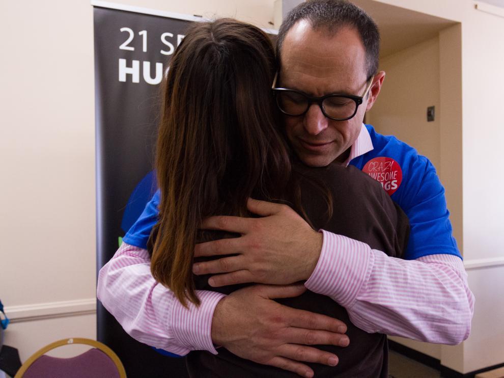 Un voluntario de la organización Hug Alliance durante la celebración del Día Nacional del Abrazo