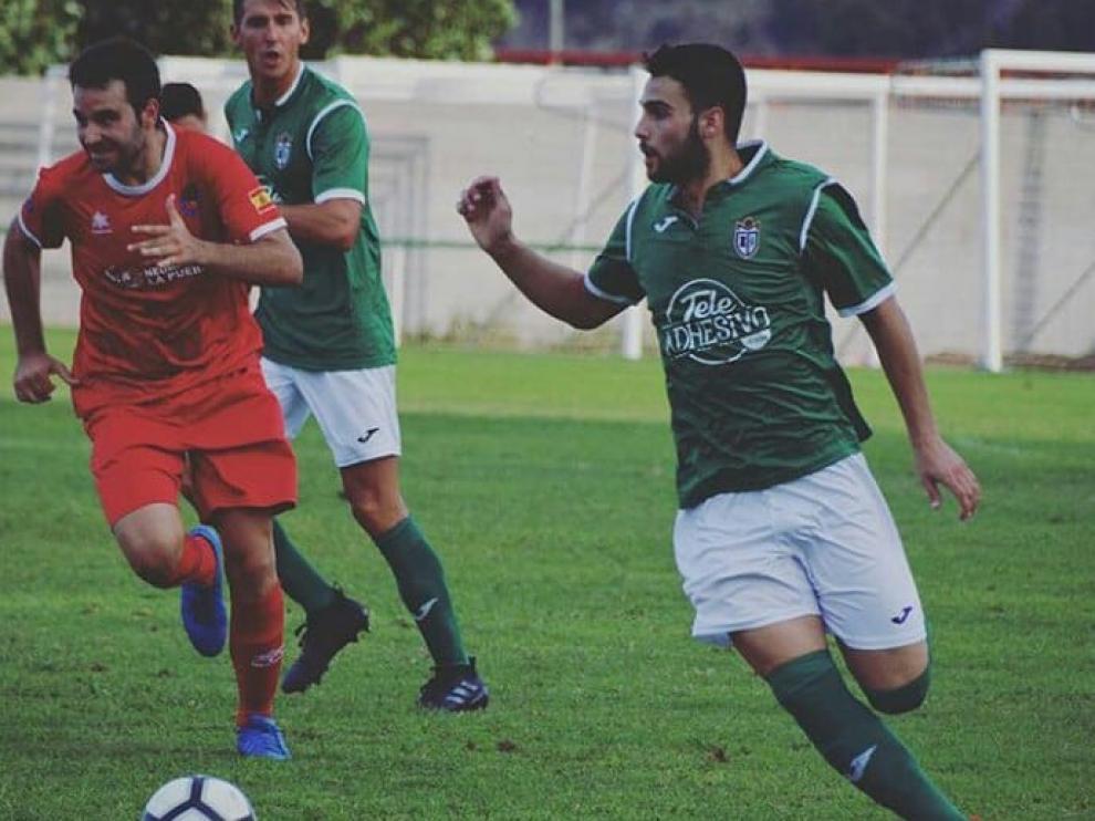 Francesc Peralta (derecha), en un partido de esta temporada con el Mequinenza.