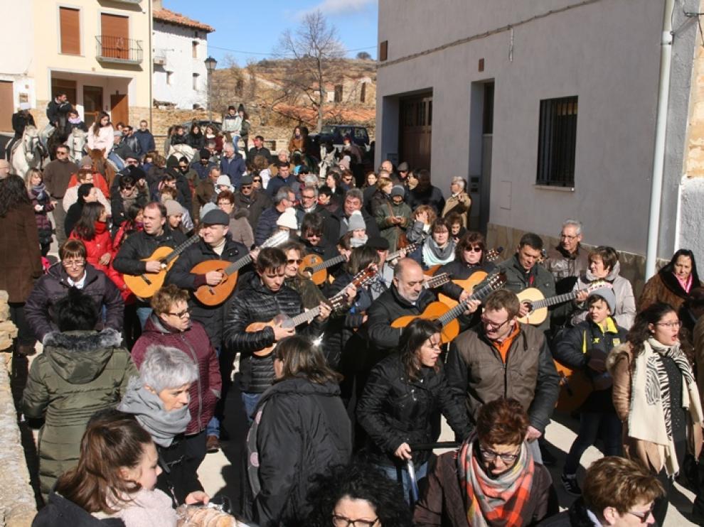 La rondalla y los cantadores recorrieron las calles de la localidad