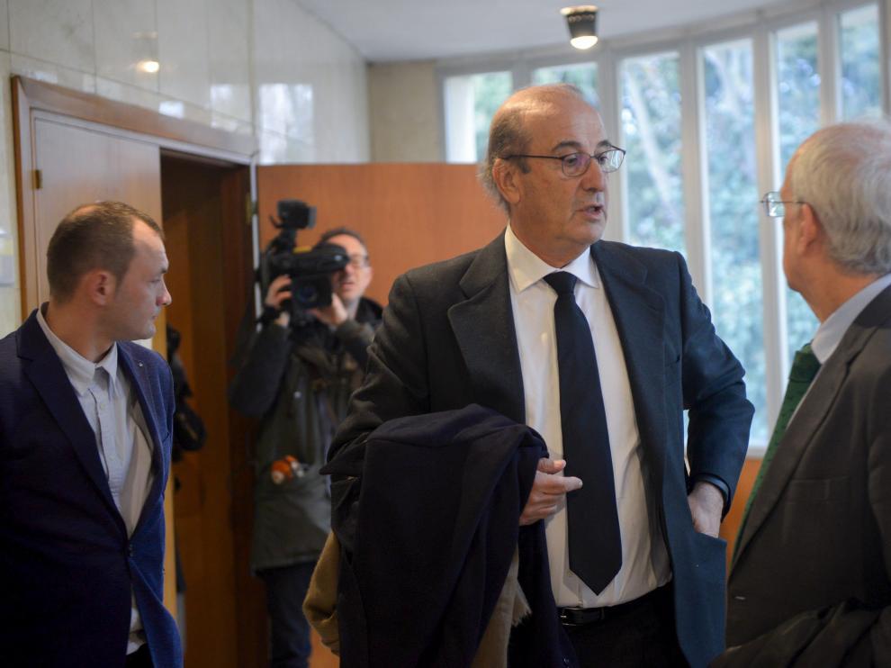 Francis Franco conversa con abogados poco antes de entrar al juicio