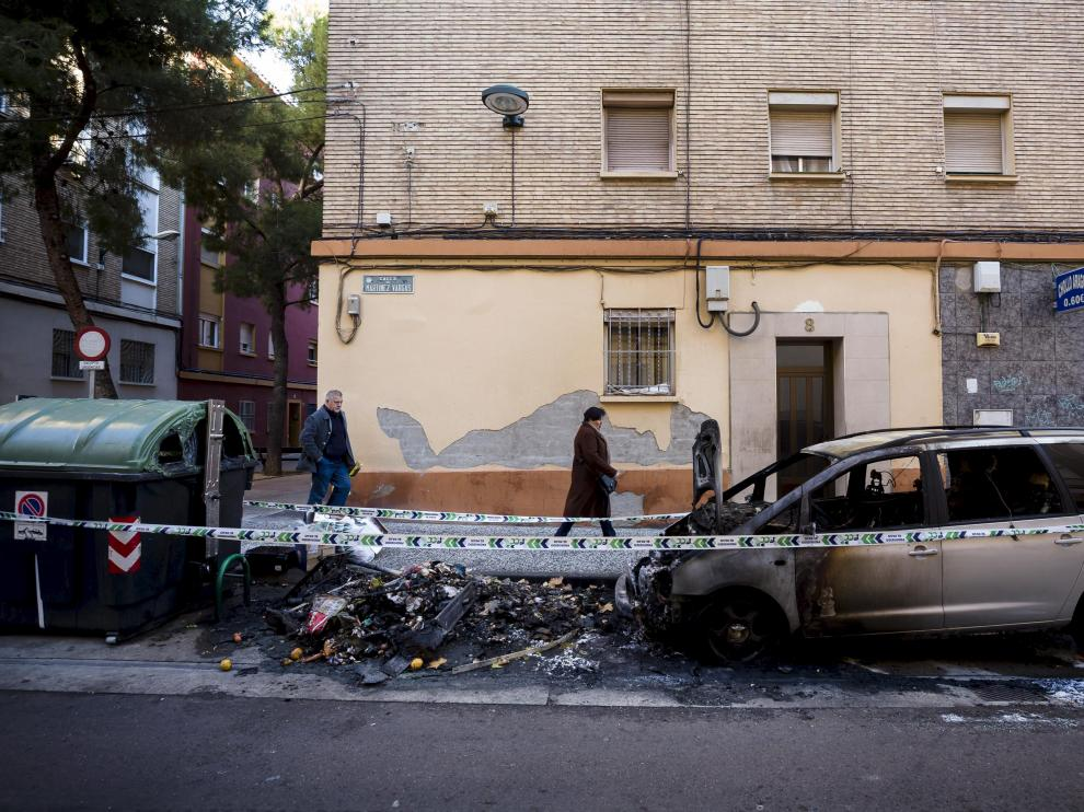 Un depósito y un coche quedaron calcinados en la calle de Martínez Vargas hace un mes.