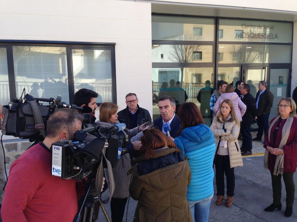 Luis María Beamonte atiende a los medios de comunicación a las puertas del centro de salud de Mosqueruela.