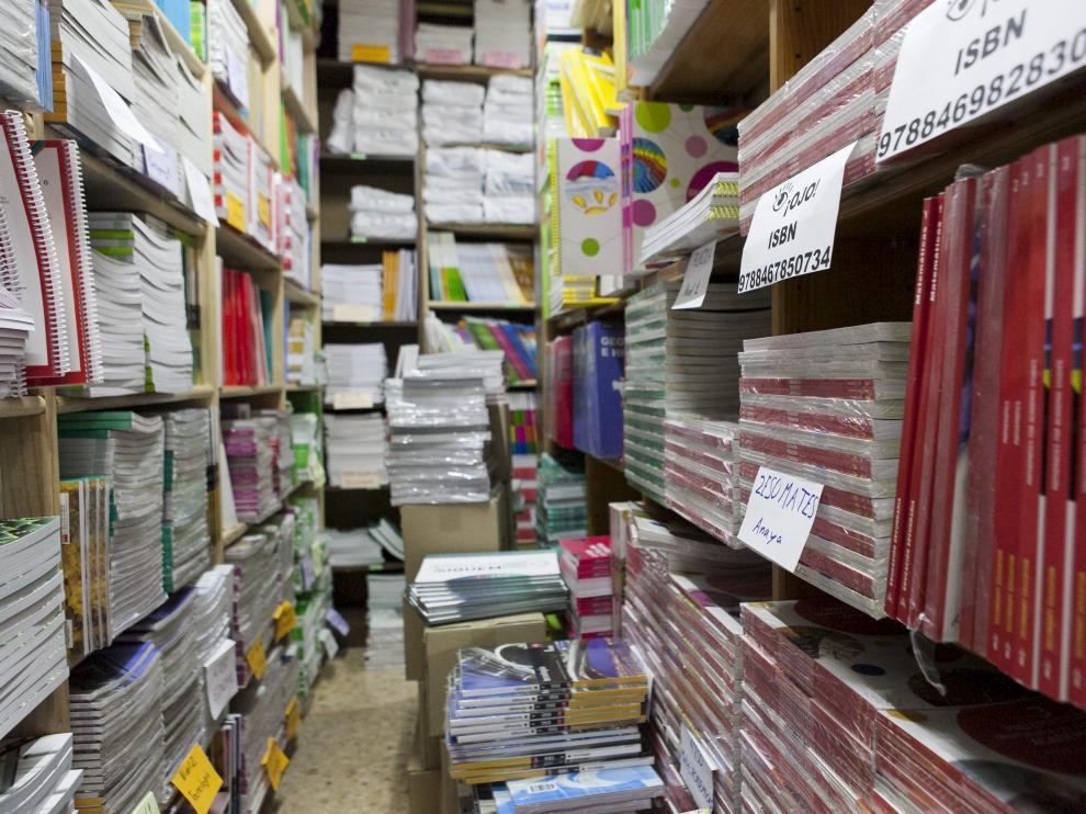 Libros de texto almacenados en una librería de Zaragoza al comienzo de este curso