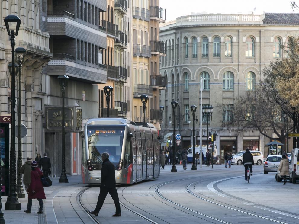 Peatones, coches y tranvía comparten la plataforma del Coso bajo.