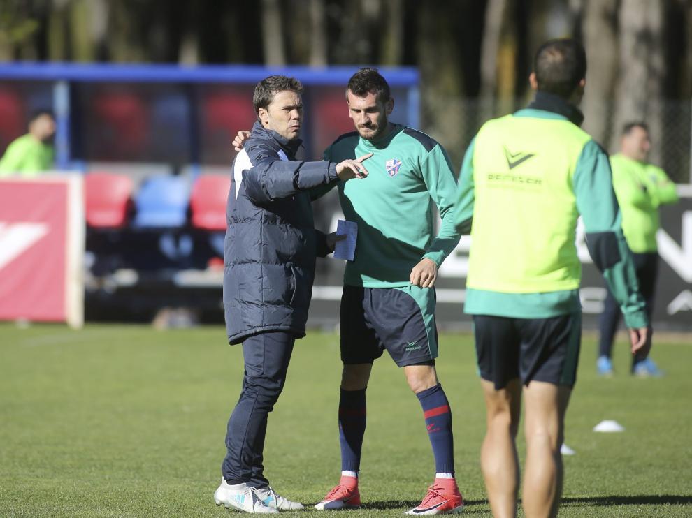 Brezancic conversa con su entrenador, Rubi, en un entrenamiento de semanas anteriores.