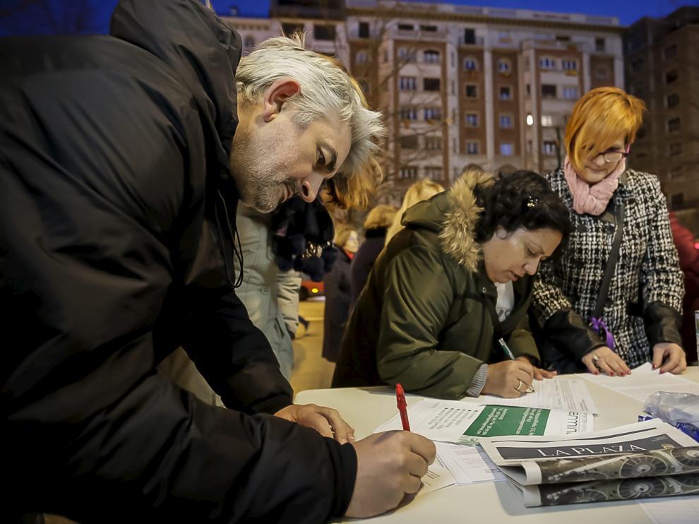 Recogida de firmas contra el ICA en el paseo de la Independencia