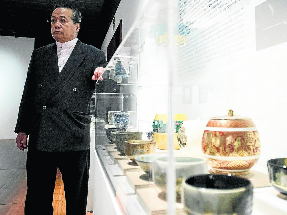 Entre la tradición y la vanguardia. Tanzan Kotoge es uno de los ceramistas más reputados del mundo. Heredero de una de las líneas tradicionales de creación (fue discípulo de Shimaoka Tatsuzo), también ha apostado por la innovación. En la imagen, el ceramista en septiembre de 2013, comentando las características de algunas de las piezas que aportó a la exposición 'Siempre Japón', celebrada en el Centro de Historias de Zaragoza.