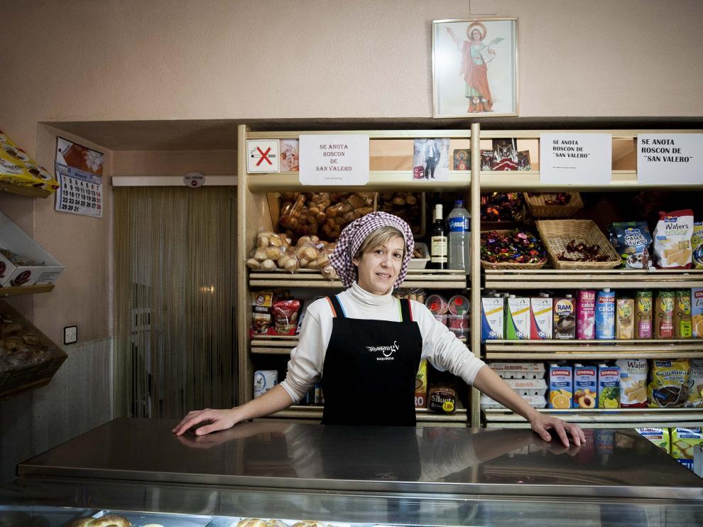 La repostera Cristina Vergara, en el mostrador del negocio familiar.