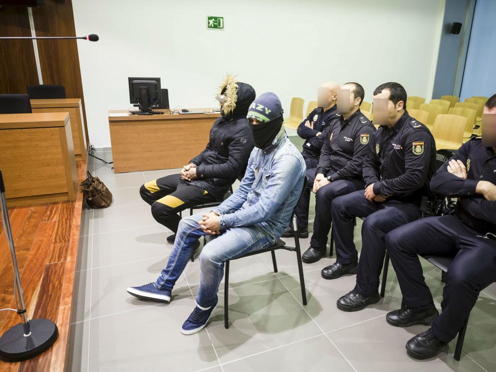 Pedro Antonio Calahorra Hernández, junto a su primo Santiago Hernández Serrano, en el juicio que se celebró en la Audiencia de Zaragoza el pasado 25 de enero.
