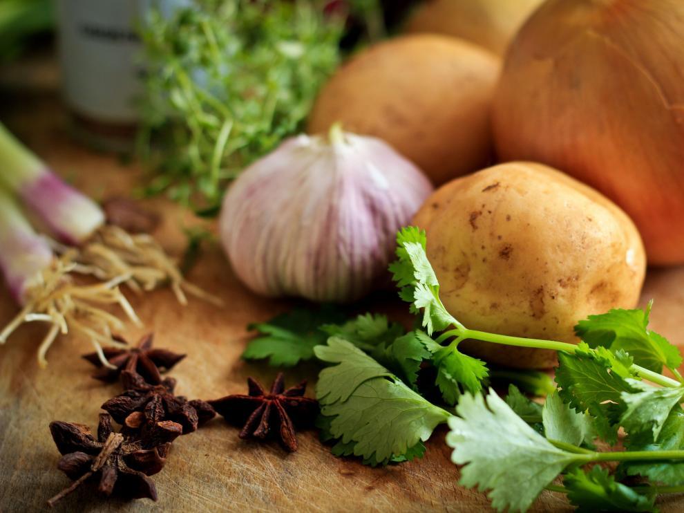 Las patatas, la cebolla o el ajo no se deben guardar en la nevera.