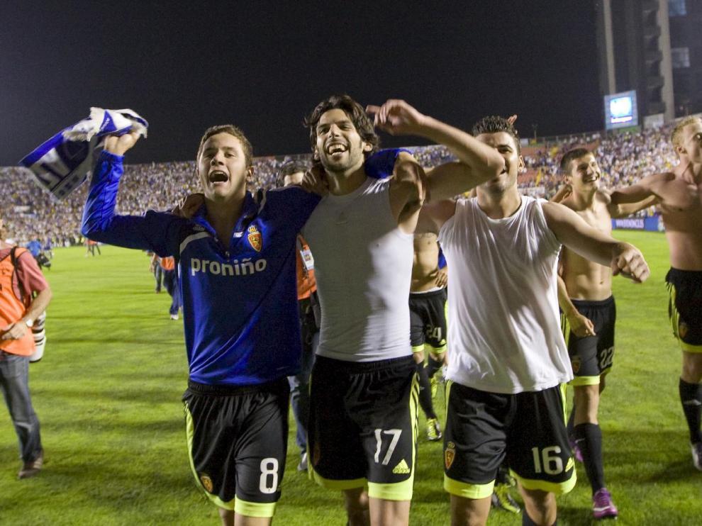 Los futbolistas del Real Zaragoza, en la celebración de la salvación en el campo del Levante tras ganar 1-2 el partido investigado.