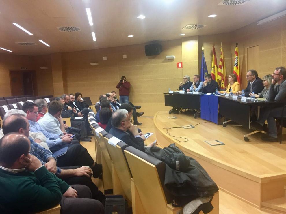 La delegación del Senado, reunida con alcaldes y dirigentes patronales en la sede de la Comarca de Gúdar-Javalambre, en Mora de Rubielos.