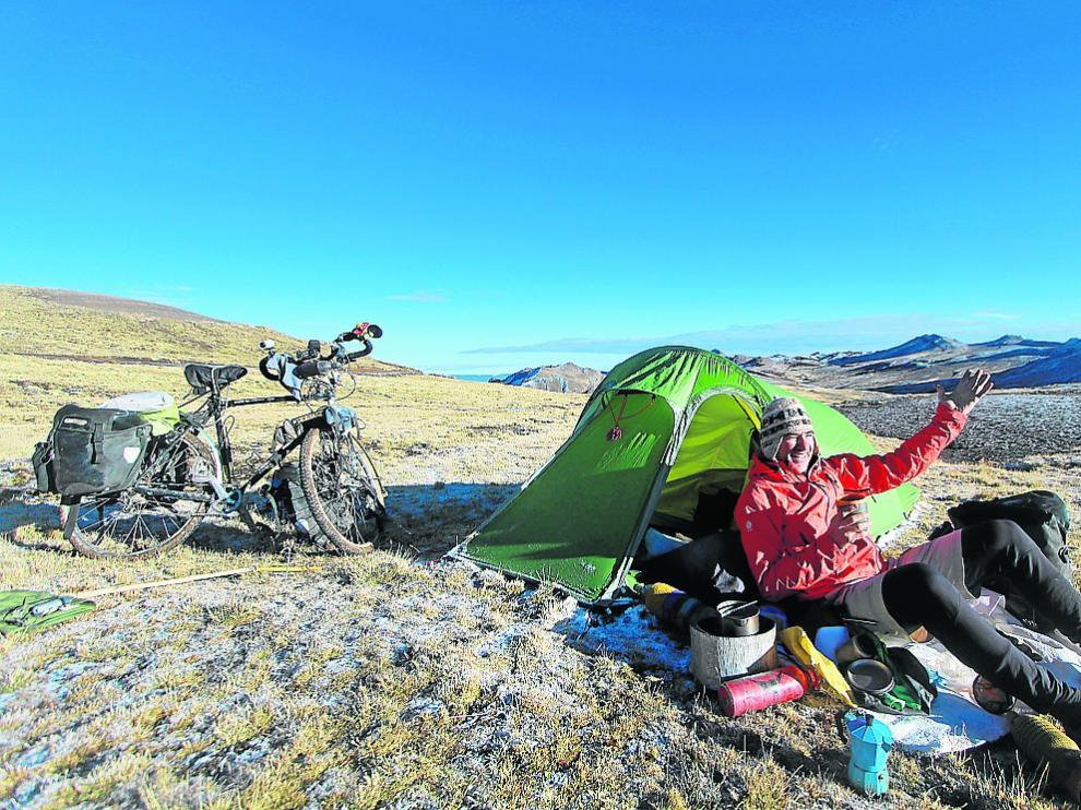 Álvaro Neil, 'Biciclown', en Los Andes (Perú), a 4.400 m de altura, durante su viaje.