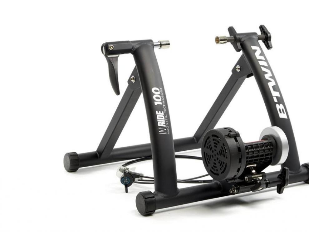Rodillo B-Twin - 80€ + 50€Si ya tienes una bicicleta tradicional, no necesitas comprarte una estática para continuar con la práctica en casa, este rodillo obra el milagro en unos minutos. Cuenta con un freno magnético y 7 niveles de resistencia equivalentes a una rueda de inercia de 1,7 kilogramos. un kit de conexión que se vende a parte permite convertirla en una bici estática inteligente que mide el entrenamiento a través de una aplicación móvil.