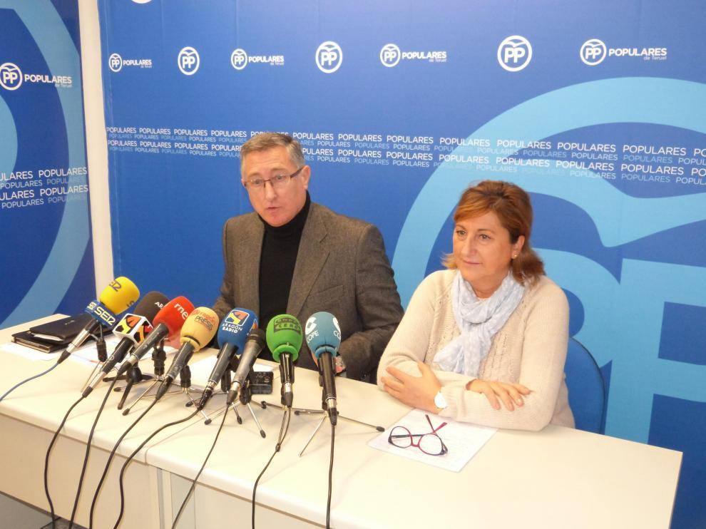 Manuel Blasco y Carmen Pobo, durante la rueda de prensa ofrecida en la sede del PP en Teruel.