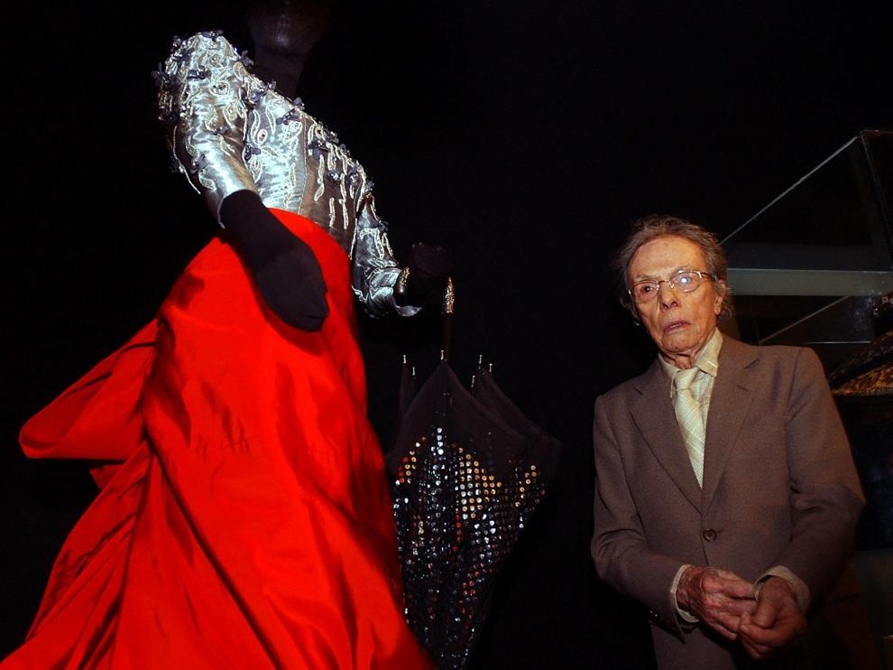 El turolense Manuel Pertegaz, junto a una de sus creaciones en la exposición retrospectiva que le dedicó el Museo Reina Sofía en 2004.