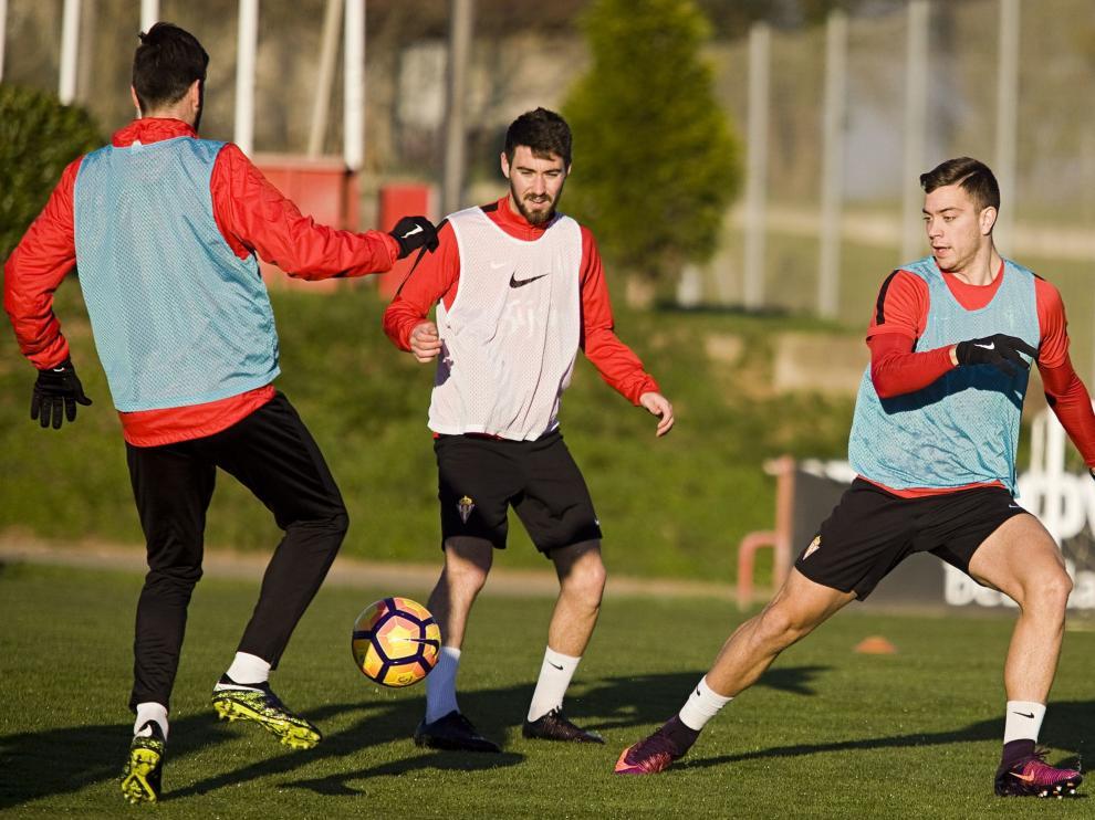 Moi Gómez, en el centro, durante un entrenamiento con el Sporting.