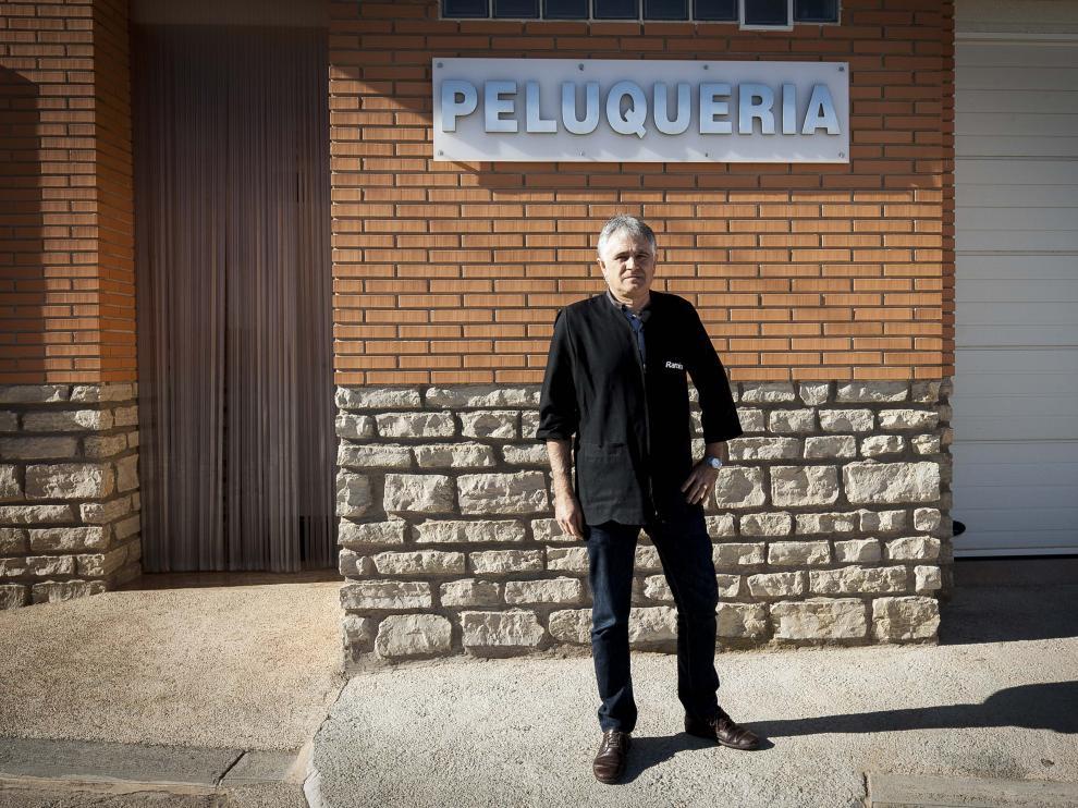 Ramiro Andrés Hernández, frente a su peluquería en Alba.