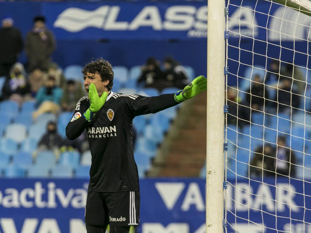 Cristian Álvarez ordena a la defensa en el partido de anoche ante el Córdoba.