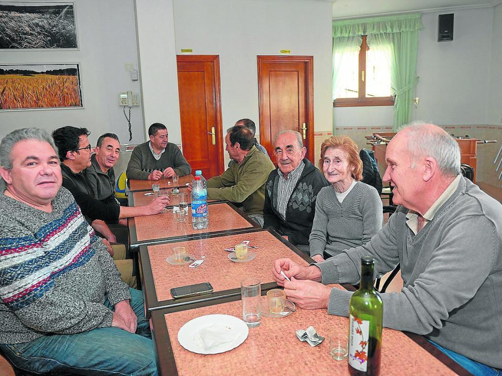 Lucía e Isidro –en el centro de la fila derecha–, en el bar de Formiche junto a otros vecinos.