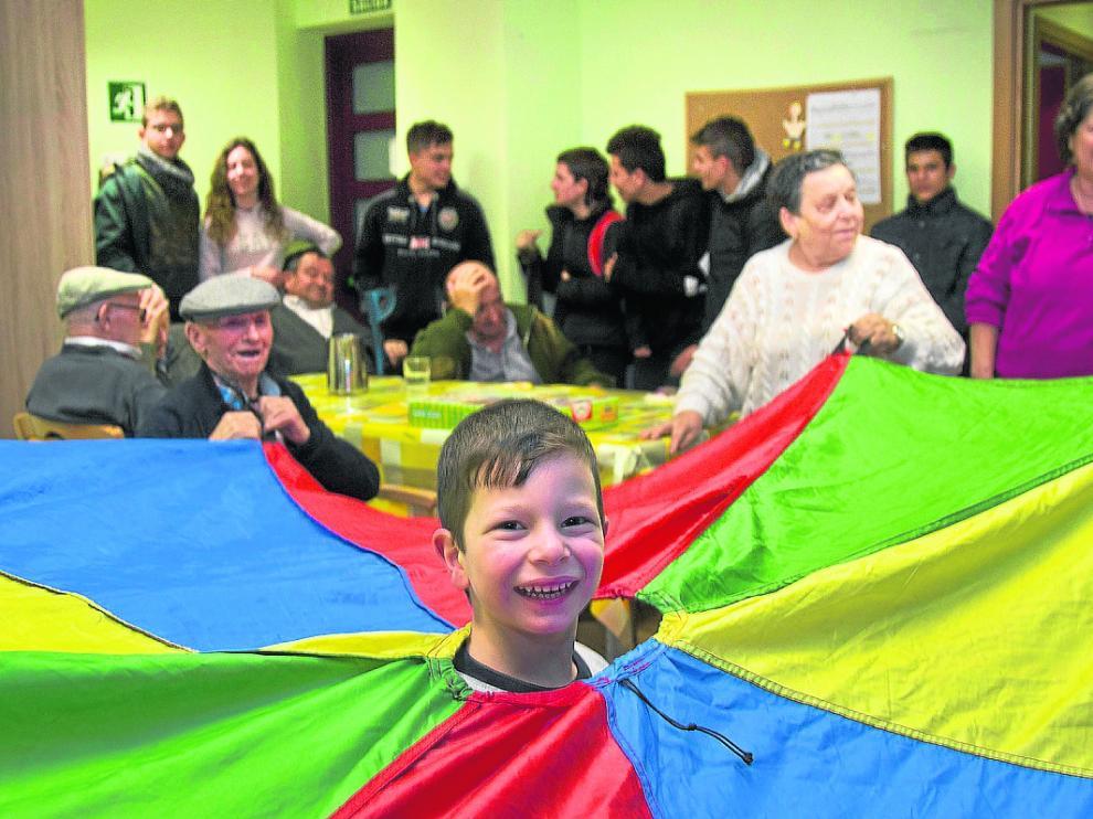 Niños y mayores comparten juegos y risas en el centro de mayores de La Lonja.