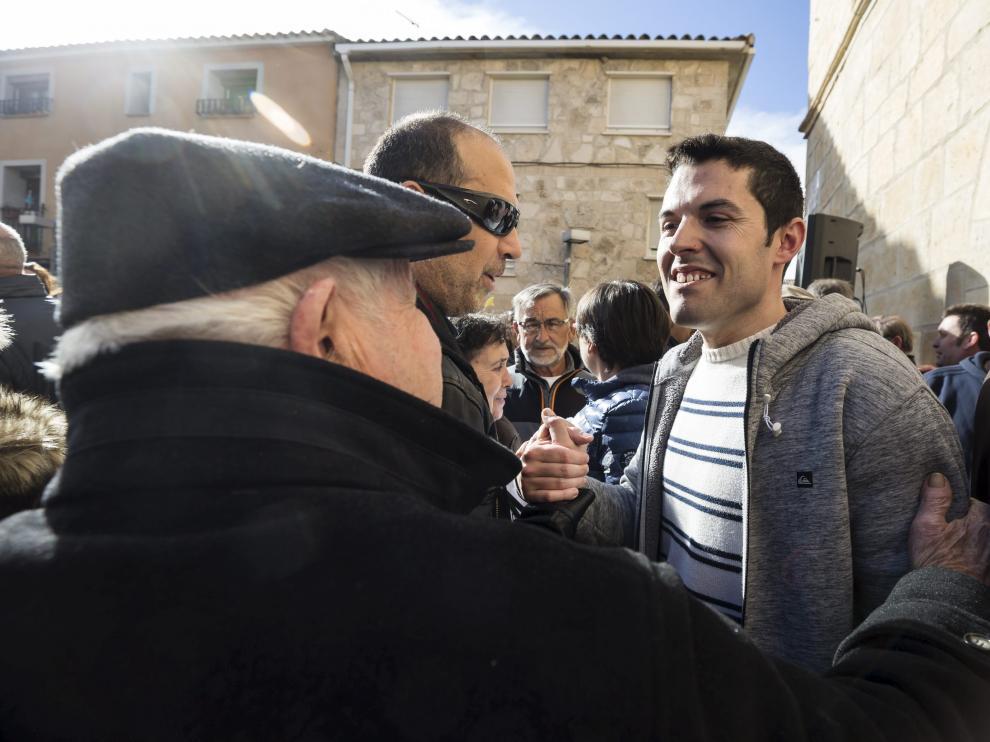 El alcalde de La Muela, Adrián Tello (CHA), recibió el apoyo de más de 400 vecinos en una concentración el día 21 de enero