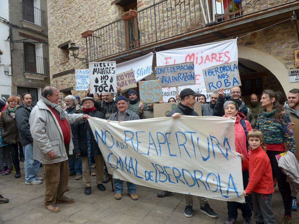 Decenas de vecinos se concentraron este domingo con pancartas en la plaza para mostrar su oposición a la central de Castellón.