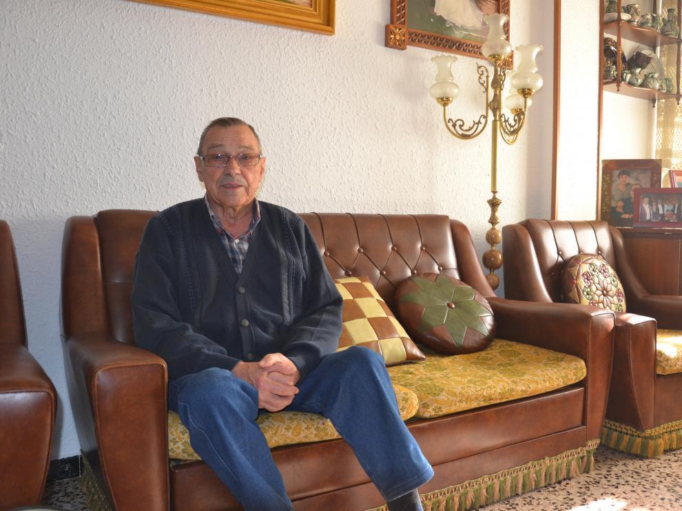 Manuel Andreu, en el sofá de su casa de Albalate del Arzobispo.