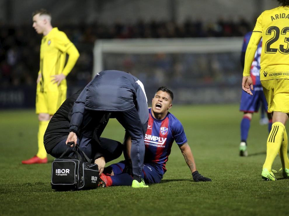 El delantero Cucho Hernández es atendido este domingo en el césped de El Alcoraz tras producirse su lesión en el pie.
