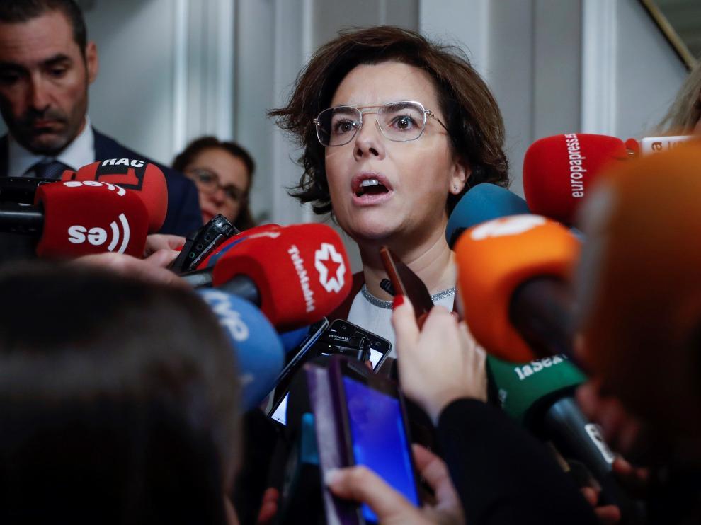 La vicepresidenta del Gobierno, Soraya Sáenz de Santamaría, en declaraciones a los medios este lunes.