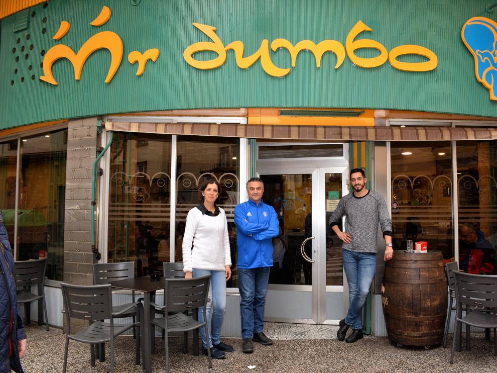 Nines Marco, Abdul Misto y su hijo, Alberto Misto, en la puerta de Mr. Dumbo, en Zaragoza.