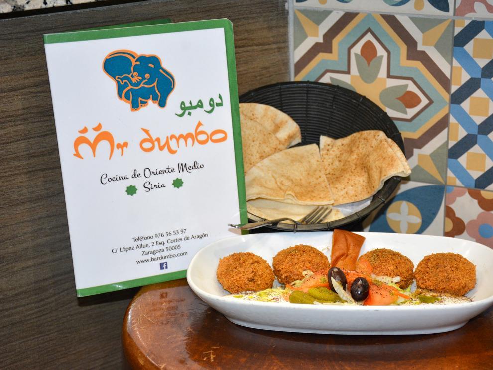 Imagen de un plato de croquetas de falafel servido en el bar Mr. Dumbo.