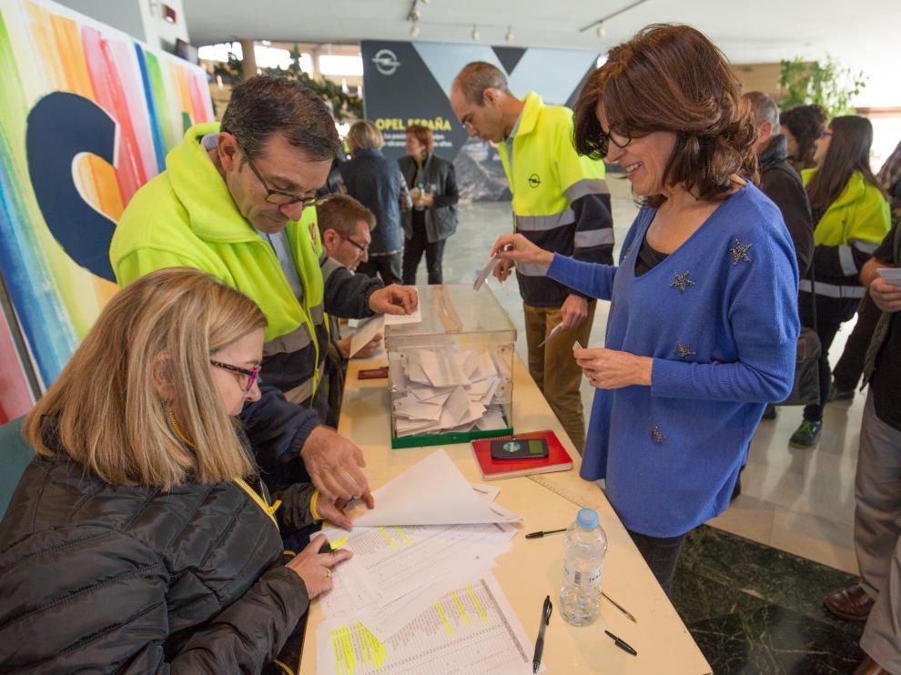 Imagen de trabajadores en pleno proceso de votaciones en la factoría de Opel España.