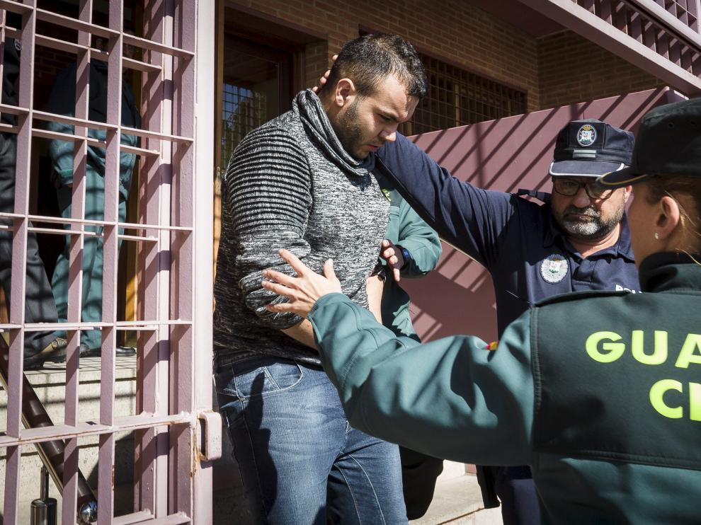 El acusado, cuando era conducido a la prisión de Zuera tras declarar en los juzgados de Ejea.